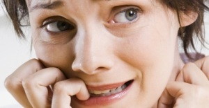 Mulher-roendo-unhas